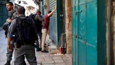 Polisi Israel melakukan penelusuran dan razia di Kota Tua Yerusalem, setelah peristiwa penembakan.(Foto: Reuters/Al Jazeera)