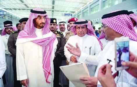 Pangeran Abdullah bin Bandar bin Abdul Aziz (kiri), Wakil Gubernur wilayah Makkah, untuk Haji dan Umrah, di Komplex Bandara Internasional King Abdul Aziz, Minggu.
