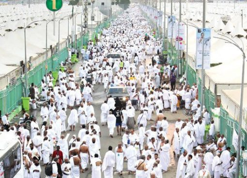Ratusan ribu jamaah haji saar mellintas dalam perjalanan dari Makkah menuju Mina, Rabu (30/8). (Foto: Arab News)