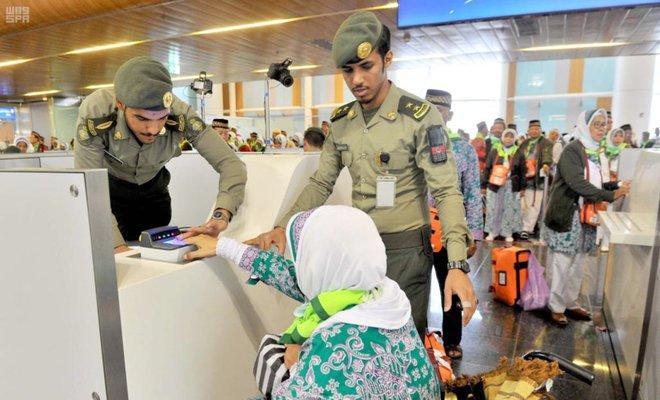 Pemeriksaan paspor di Bandara Prince Mohammad bin Abdul Aziz Madinah.(Foto SPA/Arab News)