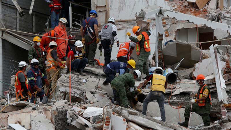 Petugas penyelamat Meksiko bekerja tanpa lelah mencari korban di antara reruntuhan, di Mexico City, Rabu (20/9) waktu setempat atau Kamis WIB. (Foto: Reuters/Al Jazeera)