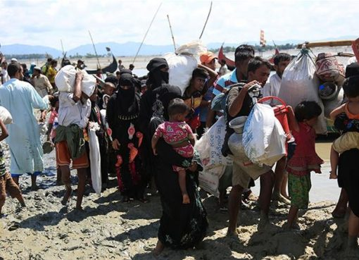 Lebih dari 400.000 warga Rohingya telah melarikan diri ke Bangladesh dalam beberapa pekan terakhir, hanya dengan membawa harta milik apa adanya. Mereka menghindari tindak kekerasan di Myanmar. (Foto: Al Jazeera).