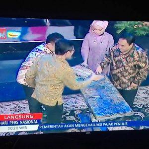 Gubernur Sumbar Irwan Prayitno (kiri) dan Ketua Umum PWI Pusat Margino berjabat tangan usai menandatangi naskah peluncuran HPN 2018, di Jakarta, Minggu (10/9) malam. (Foto: Repro Grup WA PWI Lintas Provinsi)