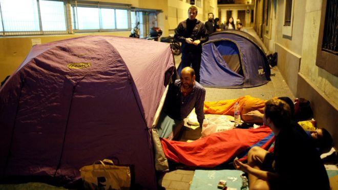 Aktivis menduduki sekolah sejak semalam agar bisa dijadikan tempat pemungutan suara.(Foto Reuters/BBC News)