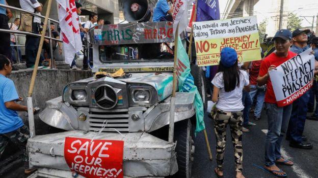 Unjuk-rasa anti penghapusan angkuran umum Jeepney di Manila. (Foto: EPA/BBC News)
