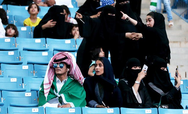 Sejumlah wanita Arab ketika menonton bersama keluarga mereka, di Stadion King Fahad, Riyadh, dalam rangka Hari Nasional Saudi, bulan lalu.(Foto: Arab News)