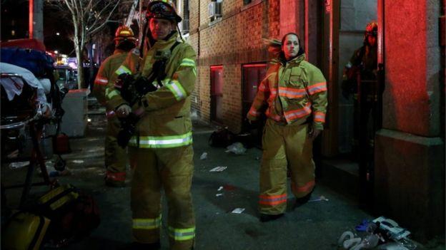 Petugas pemadam kebaran berupaya keras menyelamatkan korban. Sedikitnya 20 orang diselamatkan dari lokasi kebakaran tersebut. (Foto: Getty Emages/BBC News)