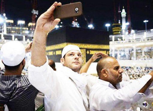 Sejumlah jaamaah asyik berselfie ria di Masjidil Haram Makkah. (Foto: Dokumentasi Arab News)