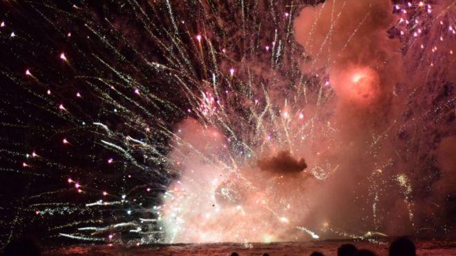 Sebuah ledakan terjadi di Pantai Terrigal New South Wales, Australia, saat perayaan Tahun Baru, ketika tongkang pembawa kembang api tiba-tiba meledak. (Foto: Pip Cleaves/BBC News)