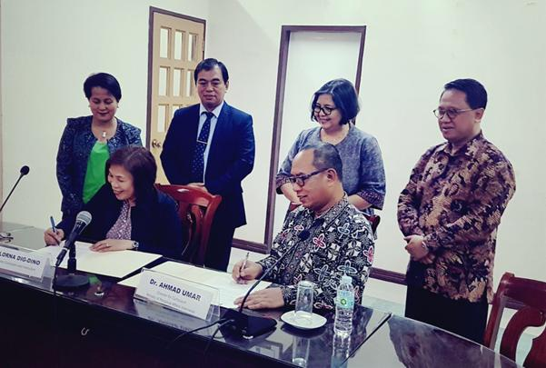 Direktur KSKK Madrasah Umar menandatangani kerjasama pengembangan madrasah dengan Kementerian Pendidikan Filipina. (Foto: KSKK)