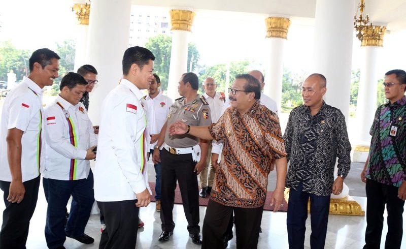 Gubernur Jawa Timur Soekarwo menerima panitia balap sepeda internasionl Tour De Indonesia 2018, di Grahadi. (Foto: Humas Pemprov Jatim)