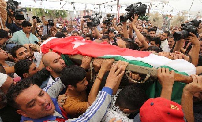 Masyarakat Yordania di Amman ketika membawa jenazah Mohammad Jawwadeh, yang merupakan korban pembunuhan Israel, Juli 2017. (Foto: Dokumentasi AFP)