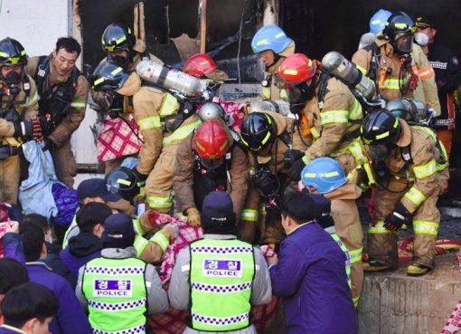 Petugas penyelamat Korea Selatan memindahkan mayat korban kebakaran di sebuah rumah sakit di Miryang. (Foto: AFP/Yonhap/Al Jazeera)