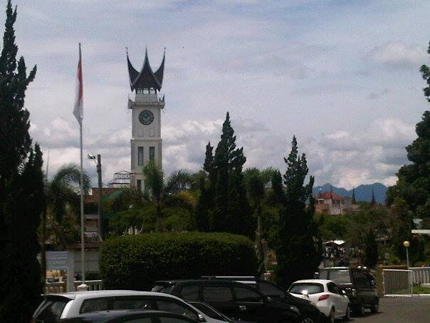 Jam Gadang Bukittinggi diabadikan dari salah satu sisi. (Foto: D Putra Tjundik)