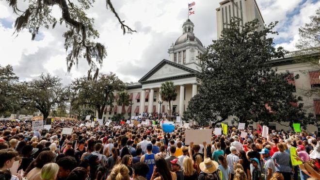 Pengunjuk rasa ketika mengajukan tuntutan kepada para politisi Florida agar memperketat kontrol jual beli senjata di Florida. (Foto: Reuter/BBC News)