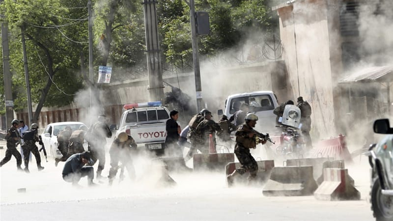 Suasana di lokasi bom bunuh diri di wilayah Shash Darak, di ibukota Afghanistan. (Foto: AP/Al Jazeera)