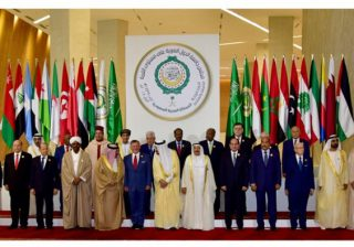 Pemimpin Liga Arab berfoto bersama dalam kegiatan KTT Arab ke-29, di Dhahran, Arab Saudi. 15 April 2018. (Foto Saudi Royal Palace/Arab News)