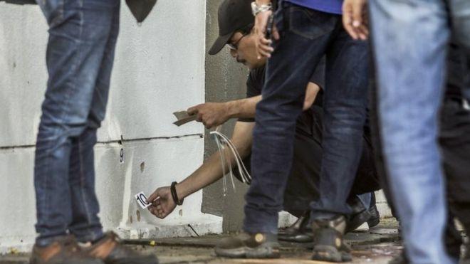 Aparat kepolisian di Kuala Lumpur melakukan investigasi. Sepuluh tembakan diketahui telah ditembakkan kearah profesor Palestina, Fadi al-Batsh, pada Sabtu (21/4) pagi.(Foto: EPA/BBC News)