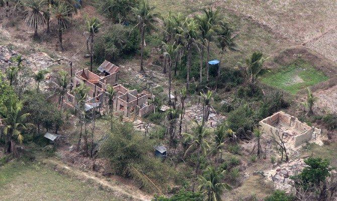 Pemandangan udara menunjukkan sisa-sisa pembakaran desa-desa yang pernah dihuni oleh Rohingya dilihat dari helikopter militer Myanmar yang membawa utusan PBB ke negara bagian Rakhine, Myanmar, pada 1 Mei 2018. (Foto: Reuter/Arab News)