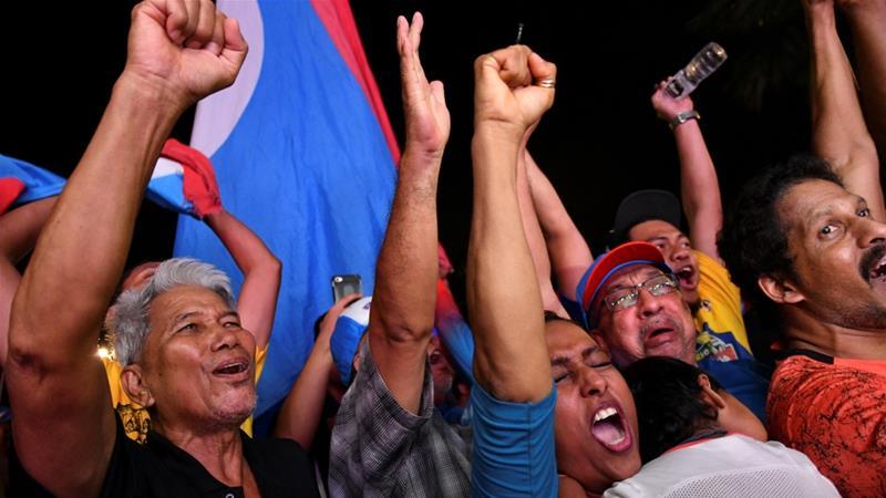 Para pendukung Mahathir Mohamad merayakan kemenangan pemilu, di Petaling Jaya, Kamis (10/5). (Foto: Reuters/Al Jazeera)