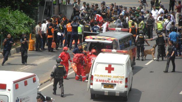 Dalam gambar tampak suasana ketika terjadi kekacauan akibat adanya ledakan bom di kawan Jalan Thamrin, Jakarta, tahun 2016. (Foto: Getty Images/BBC News)
