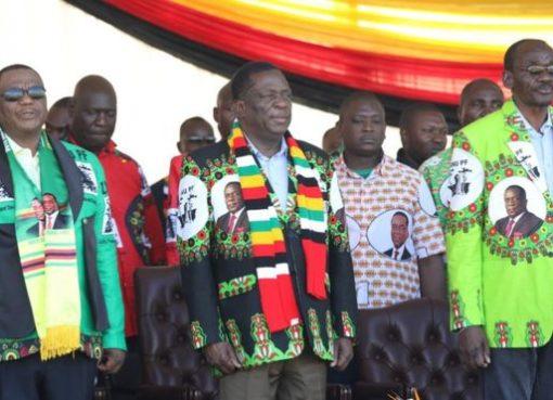 Presiden Mnangagwa (tengah) saat berkampanye menjelang pemilihan umum bulan depan. (Foto: EPA/BBC News)