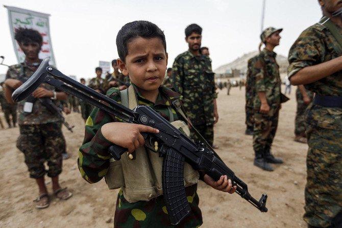 Seorang bocah Yaman berpose dengan senapan serbu Kalashnikov saat berkumpul dengan anggota Houthi lainnya yang baru direkrut di ibukota Sanaa. (Foto: File AFP/Arab News)