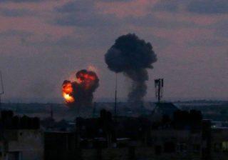 Sebuah ledakan terlihat di kota Rafah di Jalur Gaza selatan setelah serangan udara oleh pasukan Israel pada Rabu (20/6) dini hari. (AFP/Arab News)