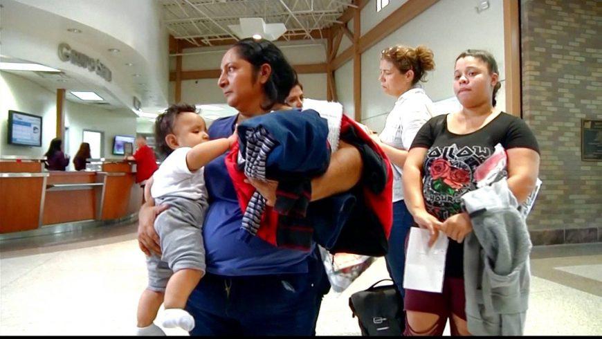 Seorang orangtua asal Meksiko bersama anaknya.(Foto: Al Jazeera