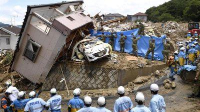 Banjir dan tanah longsor yang disebabkan hujan lebat diperkirakan telah menewaskan 112 orang. Sebagian besar korban banjir disebutkan berasal dari Hiroshima barat daya. (Kyodo/Reuters/Al Jazeera)