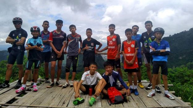 Keterangan gambar Foto Facebook menunjukkan pelatih dengan beberapa anak yang hilang. Mereka masih berada di lokasi gua tempat terjebak. (Foto: Hak cipta Facebook/ekatol)