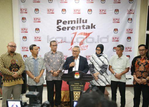 Ketua KPU Arief Budiman didampinginya jajarannya saat menyampaikan keterangan pers. (Foto: hupmas kpu)