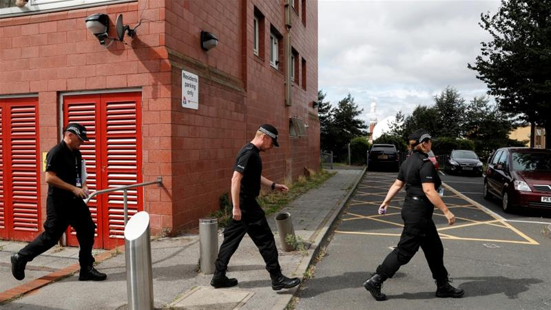 Polisi Birmingham melakukan patroli di salah satu masjid di kota itu. (Foto/Reuters/Al Jazeera)