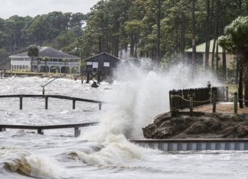 """Badai Michael mengancam Pantai Florida. Gubernur Florida Rick Scott telah memperingatkan warga setempat dan menyatakan """"badai ini bisa membunuhmu"""". (Foto: Getty Images/BBC News)"""
