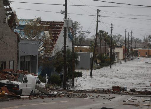Bangunan yang rusak dan jalan yang banjir terlihat setelah badai Michael melewati pusat kota Panama City, Florida. (Foto: Getty Images/AFP/Al Jazeera)
