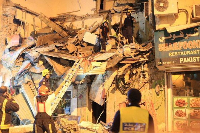 Para petugas penyelamat melakukan pencarian dan penyelamatan, mencari orang-orang yang selamat di puing-puing bangunan runtuh di Salmaniya di Manama. (Foto: Reuters/Arab News)