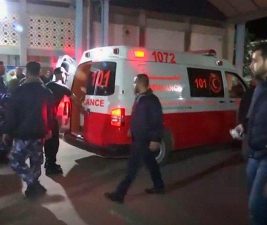 Para petugas kesehatan menyusuri lokasi penyerangan rahasi oleh Israel di Jalur Gaza. Pesawat Israel dilaporkan menembakkan lebih dari 40 rudal ke lokasi penyerangan untuk melindungi tentaranya. (Foto: Reuters/Al Jazeera)