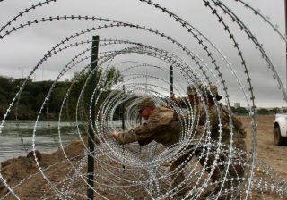 Tentara memasang pagar kawat berduri di tepian Rio Grande di Laredo, Minggu (18/11) waktu setempat atau Senin WIB. Ini bagian dari pengerahan militer yang diperintahkan oleh Presiden Donald Trump untuk mengamankan perbatasan AS-Meksiko. (Foto: AFP/Arab News)
