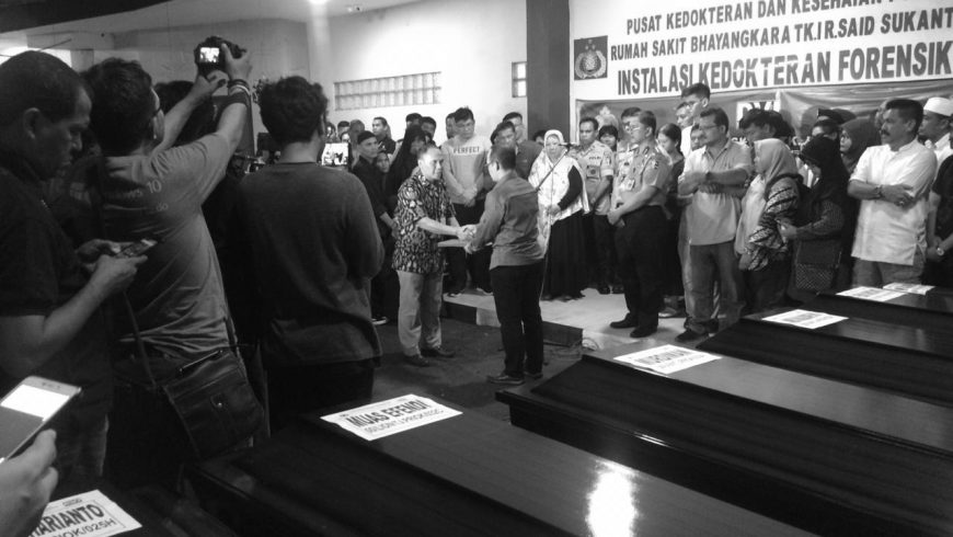 Lion Air Jumat malam secara resmi menyerahkan jenazah kepada pihak keluarga di Rumah Sakit Bhayangkara R. Said Sukanto (RS Polri). Penyerahan dilakukan oleh Technical Director of Batik Air, Yanto Supriatno. (Foto: Lion Air)