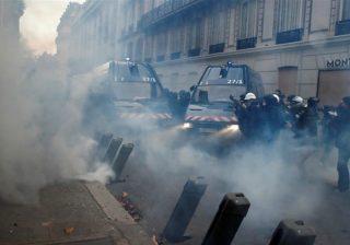 Ribuan personel keamanan dikerahkan di Paris, Sabtu (8/12), untuk mengatasi para pengunjuk rasa. (Reuters/Al Jazeera)