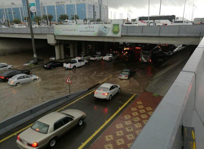 Hujan deras membanjiri jalan-jalan di Madinah. (Foto: Arab News)
