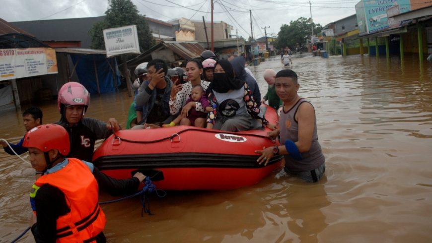 Sebagian kota Makassar terendam banjir (Foto: Antara/Reuters/Al Jazeera)