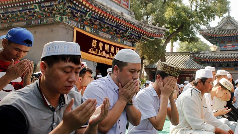 Mempraktikkan Islam dilarang di beberapa bagian Cina. Orang-orang yang sholat, berdoa, melaksanakan puasa, memelihara janggut, juga yang mengenakan jilbab terancam penangkapan. (Foto: Reuters/Al Jazeera)