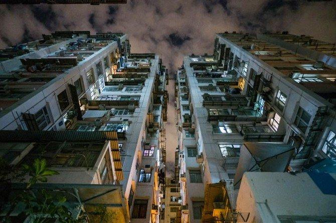 Gedung-gedung bertingkat yang padat di Hong Kong. Peraturan di Hong Kong mengancam pihak yang mengakibatkan benda jatuh dari gedung karena membahayakan publik. (Foto: AFP/Arab News)