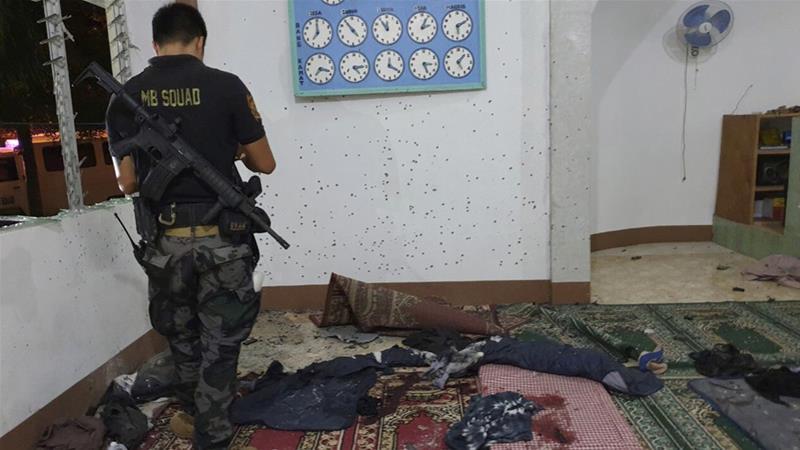 Apaarat militer memeriksa korban peledakan granat di Masjid. (Foto: Dokumentasi Milier Filipina/AP/Al Jazeera)