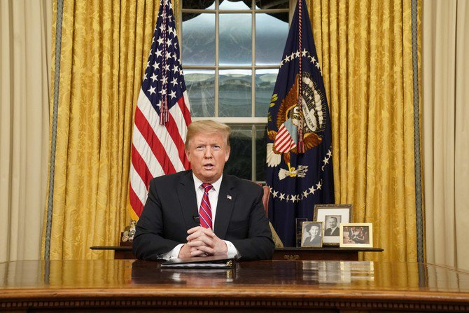 Presiden Trump menuntut pemggunaan dana 5.7 miliar dolar AS untuk pembangunan penghalang baja di perbatasan AS-Meksiko, dalam pidato di ruang Oval Gedung Putih. (Foto: AFP/Arab News)