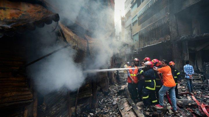 Petugas pemadam kebakaran berusaha memadamkan api, di Dhaka, pada 21 Februari 2019.(Foto: AFP/France24)