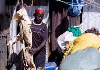 """Selama 12 tahun, Rehema Ayako berjalan 3 km dari rumahnya yang berdinding seng ke tempat pembuangan sampah untuk mencari nafkah. """"Ini rumah kedua saya. Saya menjual apa pun yang saya dapat yang bisa dijual untuk memenuhi kebutuhan,"""" kata ibu sembilan anak berusia 62 tahun ini. (Foto: Abdiwahid Abdikadir/Al Jazeera)"""