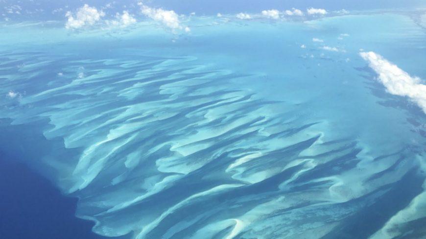 Perairan yang penuh pasir di Eleuthera di Bahama, seperti terlihat dari pesawat yang diabadikan pada 25 Juni 2018. (Foto: file AFP/France24)