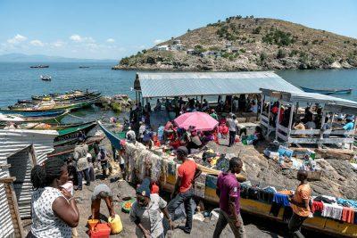 Perahu nelayan berlabuh di pelabuhan kecil Pulau Migingo. Perjalanan naik perahu dari daratan Kenya ke Migingo membutuhkan waktu dua jam, dan dari Migingo ke Jinja di Uganda membutuhkan waktu 18 jam. Alasan jarak itu menjadi salah satu alasan Kenya mengklaim pulau itu sebagai milik mereka. (Foto: Jeroen van Loon - Al Jazeera)